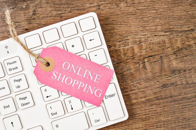 Online shoping etykietki cena na białej klawiaturze obraz royalty free
