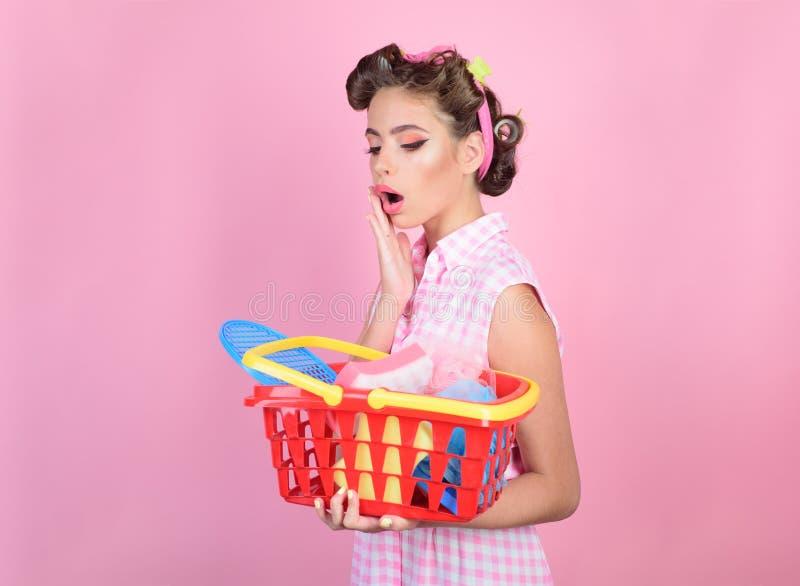 Online-shoppa app förvånad flicka som tycker om online-shopping tappninghemmafrukvinna som är klar att betala i supermarket retro royaltyfri fotografi