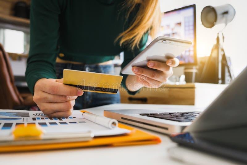 Online-shoppa betalningbegrepp arkivfoton