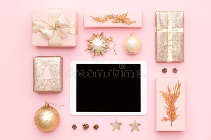 Online-shoppa för jul Annandagförsäljningsbakgrund Slågna in julgåvor, prydnader och digital minnestavla för tom skärm arkivfoton