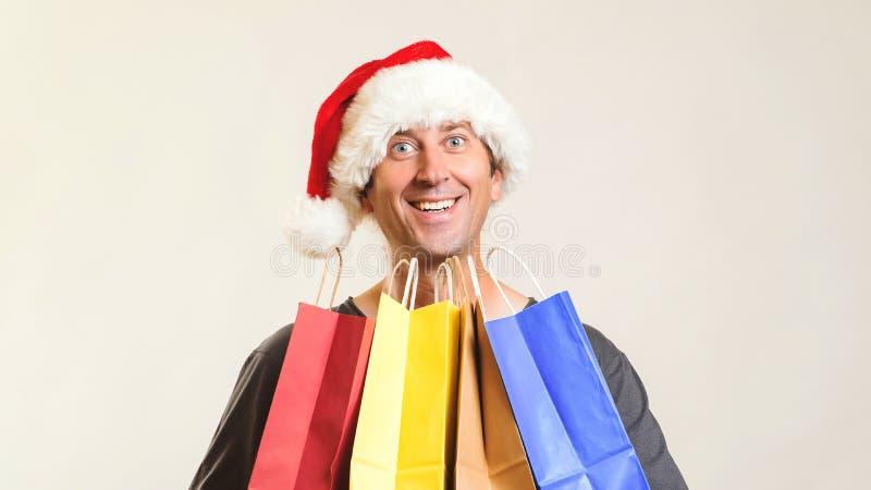 Online-shoppa jul nytt år för gåvor Lycklig jultomten med shoppingpåsar som isoleras på vit kopiera avstånd Julshopping, royaltyfria bilder