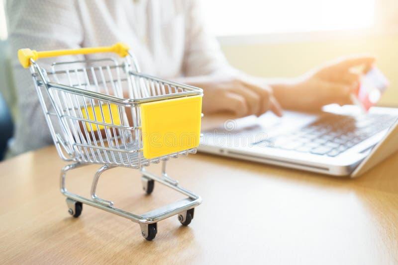 Online-shopping för affärstemainternet och leveransbegrepp royaltyfri foto