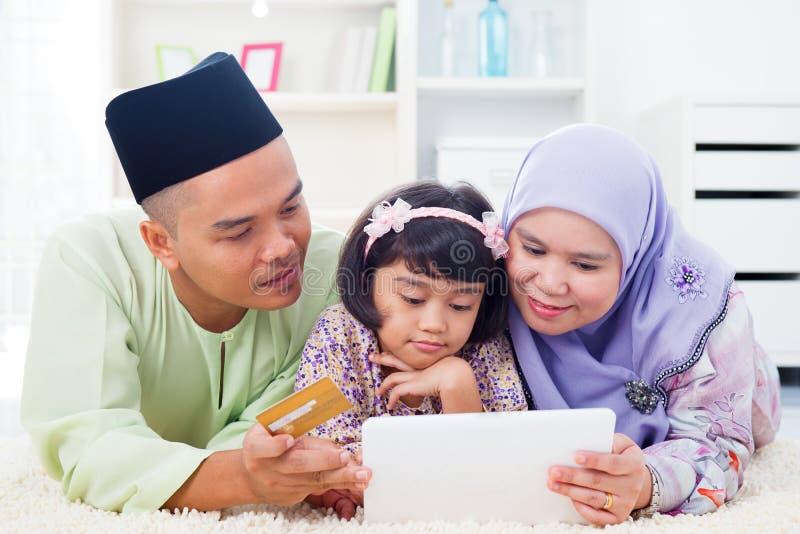 Online-shopping för asiatisk familj arkivfoton