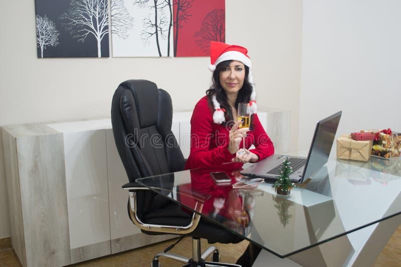 Online-shopping för jultomtenjulkvinna royaltyfria foton