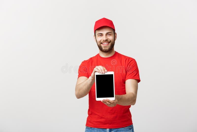 Online-shopping-, leverans-, teknologi- och livsstilbegrepp - le leveransmannen som framlägger minnestavlan i hans handvisning fotografering för bildbyråer