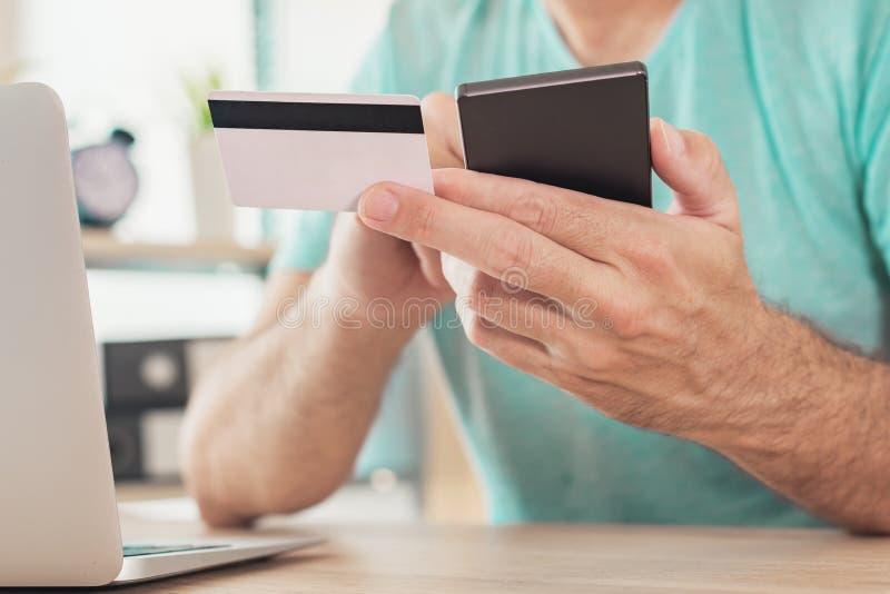 Online-shopping med kreditkorten och den smarta telefonen royaltyfria foton