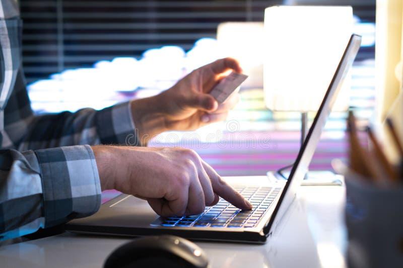 Online-shopping och betala med kreditkorten och bärbara datorn royaltyfria foton