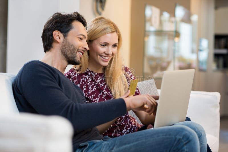 Online-shopping och betalning royaltyfri foto