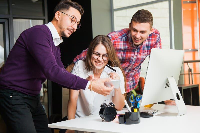 Online-shopping på att woka stället , tre unga affärsmän arkivbilder