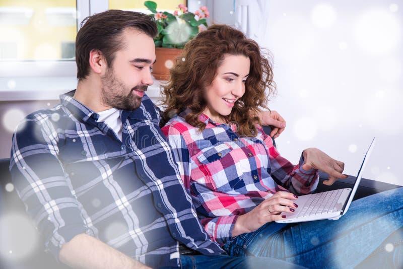 Online-shoppingbegrepp - gladlynt par som söker julgi fotografering för bildbyråer