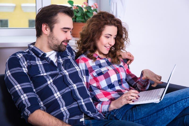 Online-shoppingbegrepp - gladlynt par som söker på något arkivbilder
