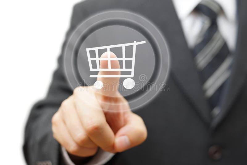 Online-shoppingbegrepp med rörande faktisk shopp för affärsman royaltyfria foton