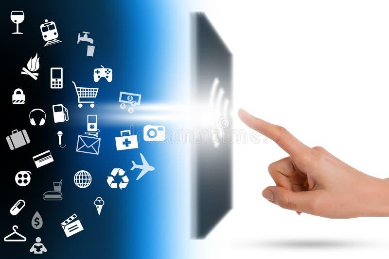 Online-shoppingbegrepp med vagnen som får utvändig anteckningsbokskärm arkivfoto