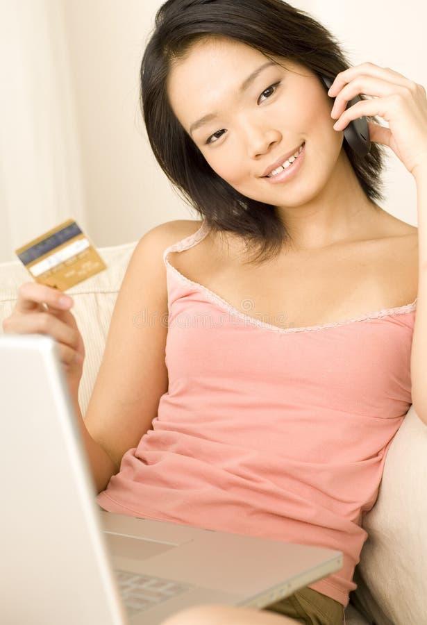 Online-shoppingglädje arkivfoto