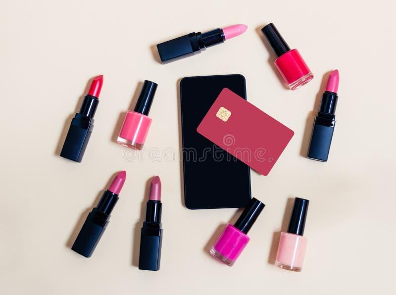 Online-shoppingskönhetsmedelbegrepp Beige bakgrund royaltyfri fotografi
