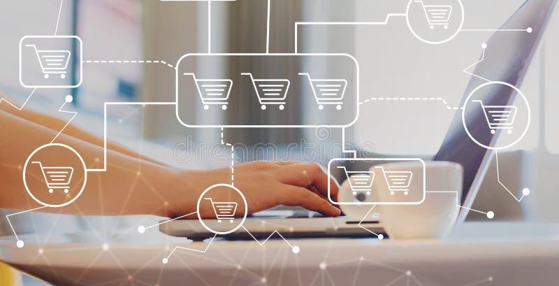 Online-shoppingtema med kvinnan som använder en bärbar dator arkivfoto