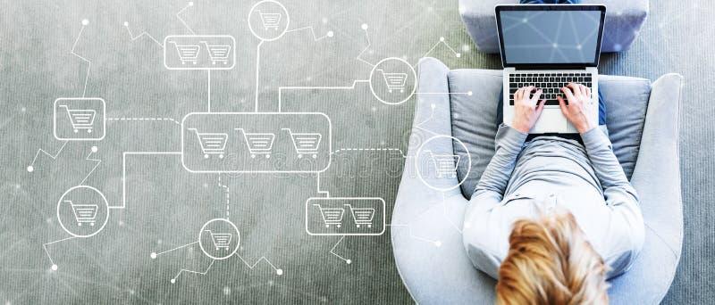 Online-shoppingtema med mannen som använder en bärbar dator royaltyfri fotografi
