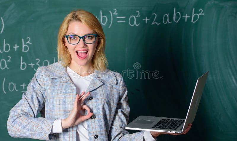 Online-skolg?ngbegrepp Glas?gon f?r kvinnakl?der rymmer b?rbara datorn som surfar internet Stor resurs f?r l?rare utbildare royaltyfri fotografi