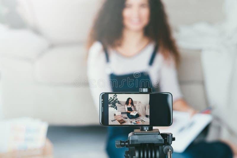 Online sztuki pięknej malarza smartphone kursowa kamera zdjęcia royalty free