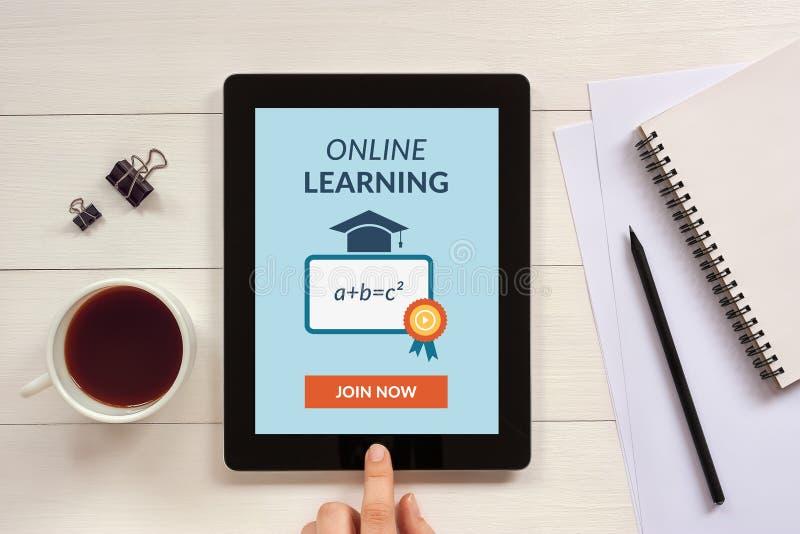 Online uczenie pojęcie na pastylka ekranie z biurowymi przedmiotami zdjęcie royalty free