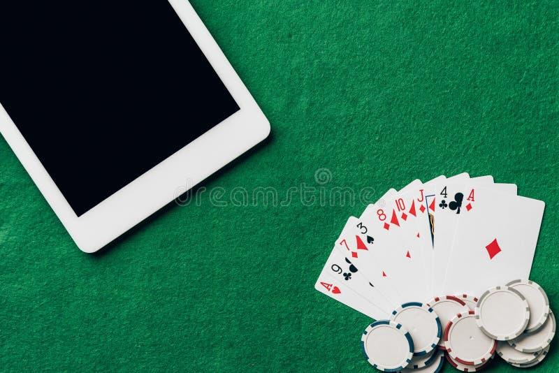 Online uprawiający hazard z karta do gry i układami scalonymi zdjęcia stock