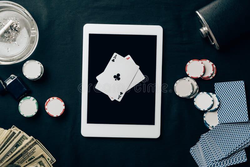 Online uprawiający hazard z karta do gry i układami scalonymi obraz stock