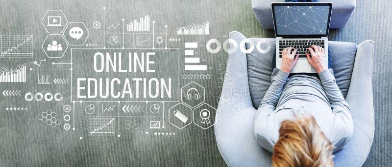 Online-utbildning med mannen som använder en bärbar dator royaltyfri foto