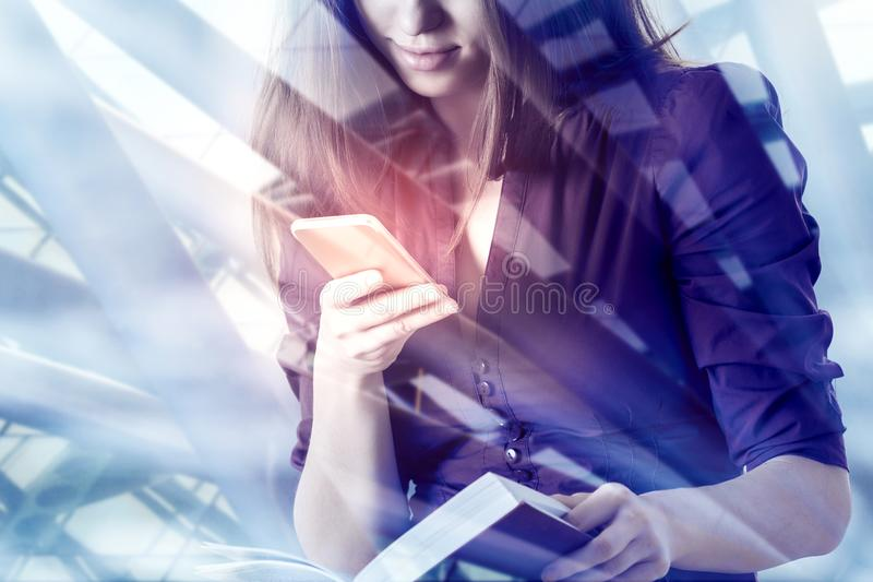 Online-utbildnings-, teknologi- och massmediabegrepp arkivbild