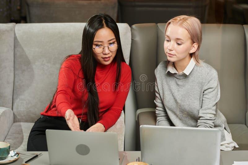 Online webinar op laptop stock foto's