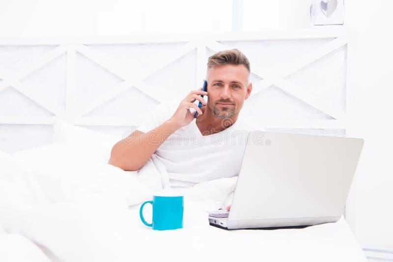 Online wereld Mens die Internet-het werk online surfen Reeds op het werk Digitale Marketing Verre toegang Hipster gebaarde kerel royalty-vrije stock foto