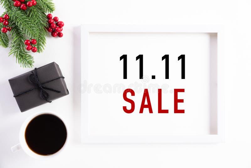 Online winkelen in China, 11 11 single day sale concept Bovenaanzicht van wit beeld met zwarte cadeaudoos en kerstboom royalty-vrije stock afbeeldingen