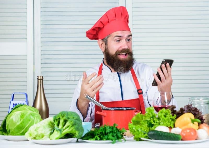 Online winkelen maakt het leven makkelijker Biologisch voedsel eten Blij baard man chef-recept culinair Cuisine Vitamine royalty-vrije stock afbeelding