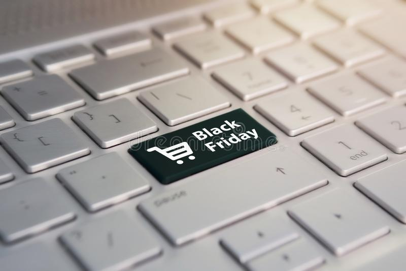 Online winkelend bij een korting Verkoopdag in de online opslag Close-upmening over conceptueel toetsenbord - Black Friday stock afbeeldingen