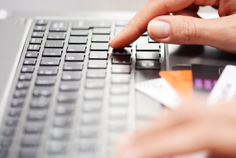 Online winkelend en Internet-bankwezenconcepten door een vrouw worden voorgesteld die technologie en creditcards gebruiken die stock foto