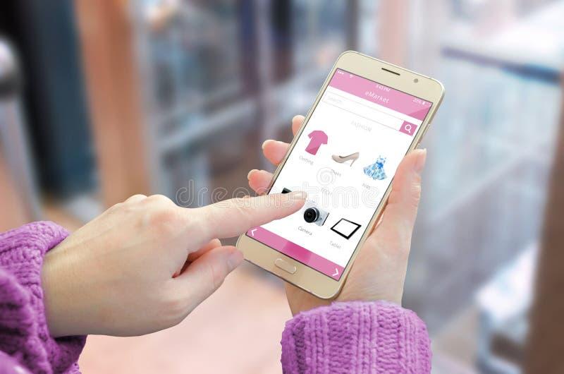 Online winkelend met slimme telefoon De winkelwebsite van het vrouwengebruik om rode schoenen te kopen stock afbeelding