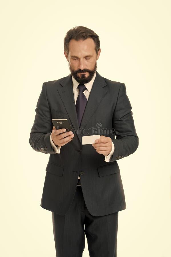 Online-Zahlung ist einfach Bemannen Sie Griff Smartphone und benutzen Sie Kreditkarte f?r das on-line-Einkaufen Gesch?ftsf?hrer t stockfotografie