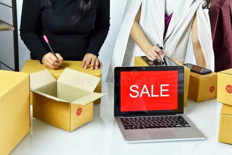 Online zaken, het Jonge Aziatische vrouwenwerk thuis voor e-businesshandel, Bedrijfseigenaar die en online orde controleren inpak stock afbeelding