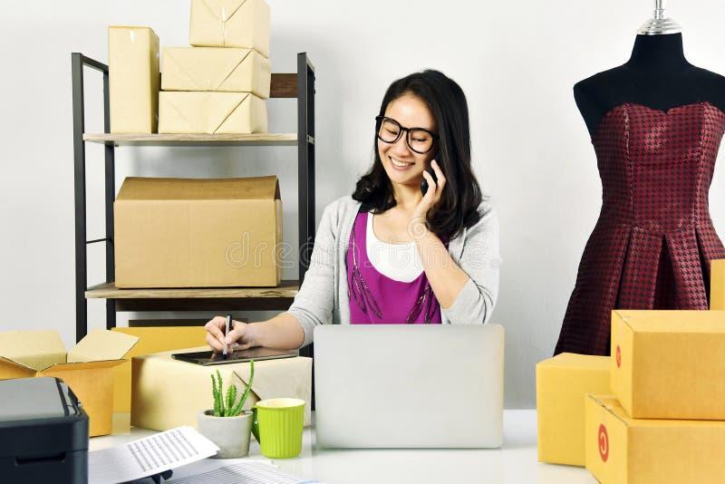 Online zaken, het Jonge Aziatische vrouwenwerk thuis voor e-businesshandel, Kleine bedrijfseigenaar die en online orde controlere stock foto's