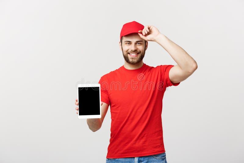 Online zakupy, dostawy, technologii i stylu życia pojęcie, - uśmiechnięty doręczeniowy mężczyzna przedstawia pastylkę w jego ręka obraz stock