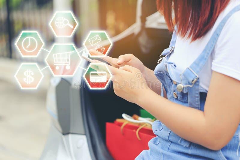 Online zakupy, kobiety ręka mienia smartphone, i podpisywanie kwit dostawa pakunek z doręczeniowym mężczyzną przynosi niektóre pa zdjęcie stock
