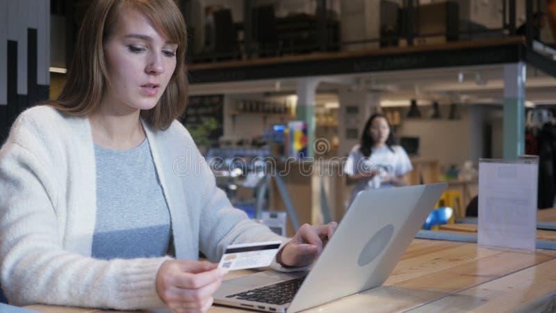 Online zakupy młodą kobietą w kawiarni, Kredytowa karta obraz royalty free