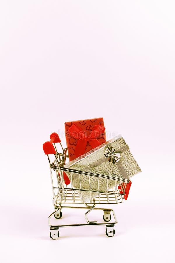 Online zakupy pojęcie Wózek na zakupy, mali pudełka, pionowo fotografia royalty free