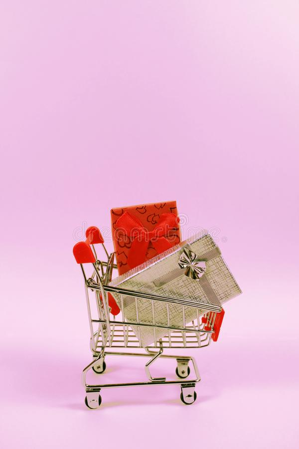 Online zakupy pojęcie Wózek na zakupy, mali pudełka, pionowo obrazy royalty free