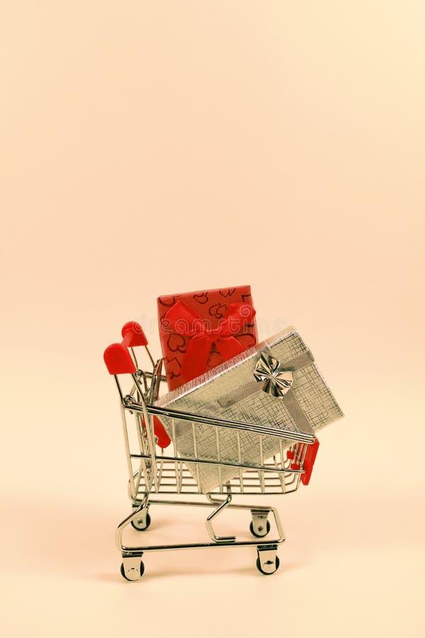 Online zakupy pojęcie Wózek na zakupy, mali pudełka, pionowo zdjęcia royalty free