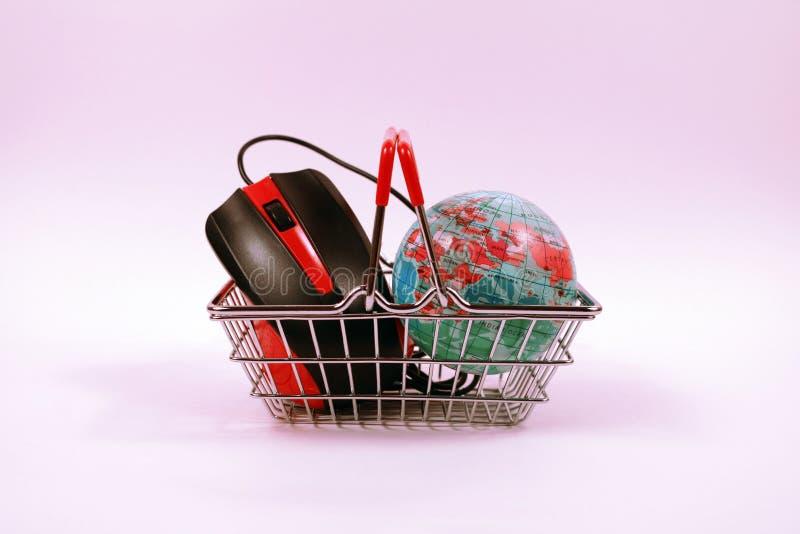 Online zakupy pojęcie Wózek na zakupy z komputerową myszą i kulą ziemską zdjęcia royalty free