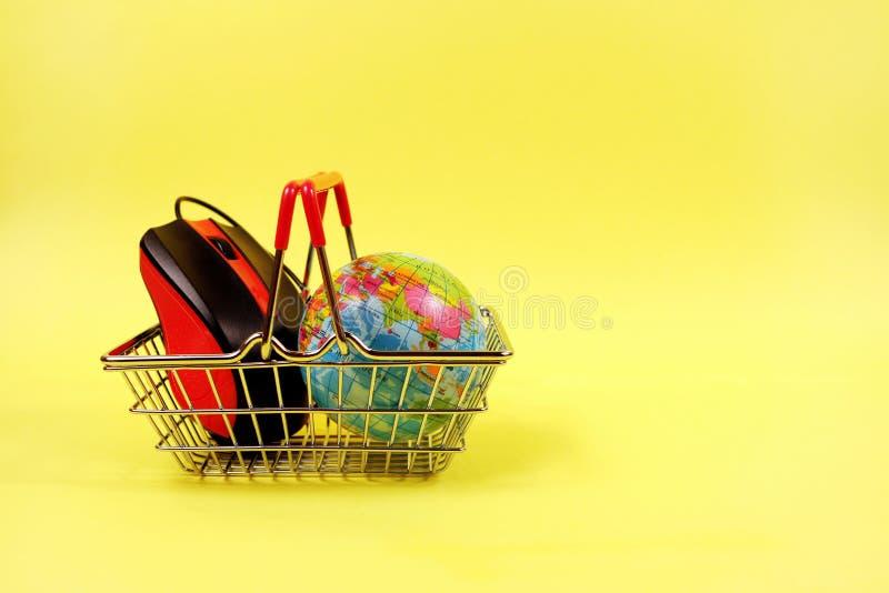 Online zakupy pojęcie Wózek na zakupy z komputerową myszą i kulą ziemską obraz stock