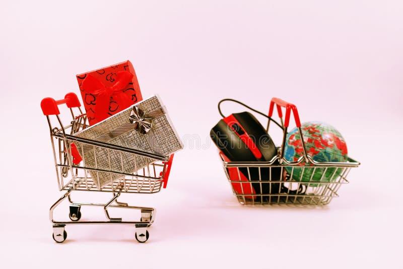 Online zakupy pojęcie, wózek na zakupy z prezentów pudełkami fotografia royalty free