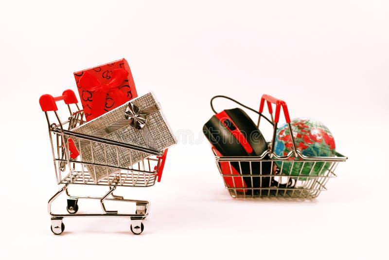 Online zakupy pojęcie, wózek na zakupy z prezentów pudełkami zdjęcie stock