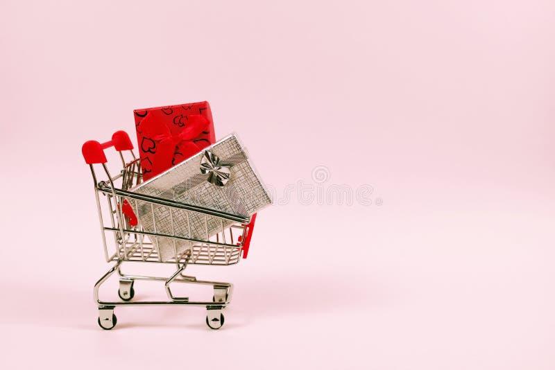 Online zakupy pojęcie, wózek na zakupy z prezentów pudełkami zdjęcia royalty free