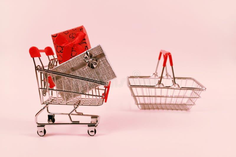 Online zakupy pojęcie, wózek na zakupy z prezentów pudełkami obrazy stock
